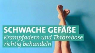 Zwei Beine vor blauem Hintergrund (Foto: Unsplash/Lucrezia Carnelos)