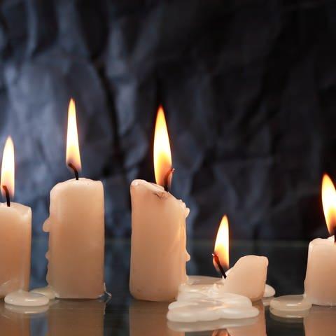 Kerzen brennen und Wachs fließt auf den Tisch: Wachsflecken entfernen - mit Kälte oder mit Wärme? (Foto: Colourbox)