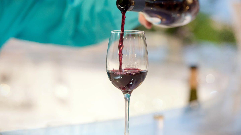 Wein probieren oder ein Häppchen essen - bei der Grünen Woche konnten die Besucher in den vergangenen Jahren Leckereien aus ganz Deutschland kosten. (Foto: dpa Bildfunk, picture alliance/dpa   Lukas Schulze)