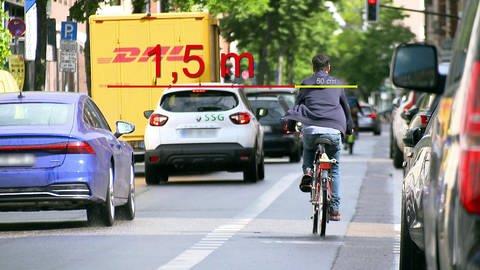 Fahrradfahrer auf dem Radweg im Verkehr: 1,50 Meter oder gedanklich drei Fahrradfahrer nebeneinander: So viel Abstand müssen Autofahrer innerorts zu Fahrradfahrern halten. (Foto: SWR, SWR)