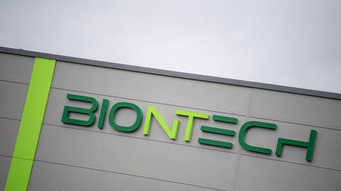 Das Logo und der Schriftzug der Firma Biontech steht auf der Fassade eines neuen Gebäudes in einem Gewerbegebiet von Mainz in Rheinland-Pfalz. Der Entwickler des ersten Corona-Impfstoffes Biontech stellt am 30.03.2021 die Zahlen für das 4. Quartal und Gesamtjahr 2020 vor.  (Foto: dpa Bildfunk, picture alliance/dpa | Boris Roessler)