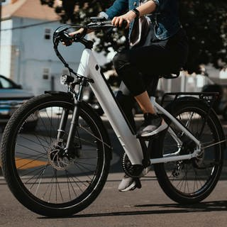 Frau fährt E-Bike. E-Bikes sind längst keine Seltenheit mehr. (Foto: kbo-bike / Unsplash)