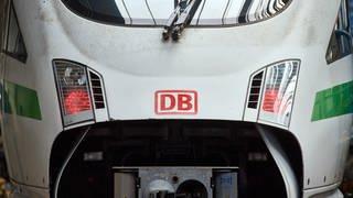 Das Logo der Bahn ist auf der Front eines ICE im DB-Fernverkehrswerk zu sehen.  (Foto: dpa Bildfunk, picture alliance/dpa | Bernd Thissen)