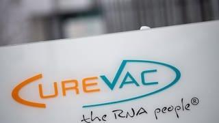 Das Logo des Biotech-Unternehmen Curevac mit dem Slogan «the RNA people» steht an der Unternehmenszentrale. (zu dpa «Curevac-Studie an Affen: Impfstoffkandidat schützt Lunge komplett») (Foto: dpa Bildfunk, Picture Alliance)