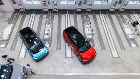 Drei elektrische Modelle des VW-Konzerns in einer Fertigungshalle (Foto: dpa Bildfunk, Picture Alliance)