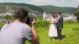 Fotograf fotografiert Hochzeitspaar (Foto: SWR)