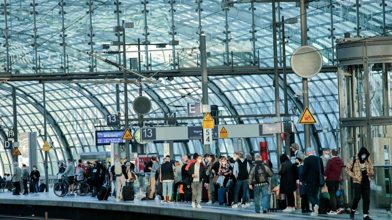 Reisende warten auf dem Bahnsteig auf dem Berliner Hauptbahnhof.