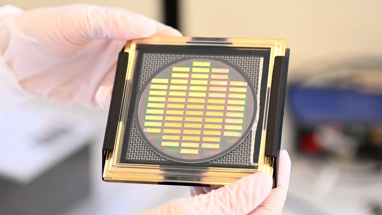 Ein Wafer mit neuentwickelten Chips zum Einsatz in Quantencomputern von Q.ant. Das Trumpf-Tochterunternehmen hat ein weltweit einzigartiges Verfahren entwickelt für die Serienfertigung von Quantencomputer-Chips.