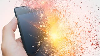 Smartphone brennt und explodiert (Foto: Colourbox, Korn Vitthayanukarun)