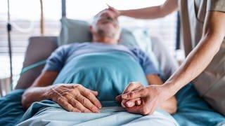 Ein Patient liegt im Krankenbett und wird von einem Arzt behandelt.  (Foto: Colourbox, COLOURBOX43565544)