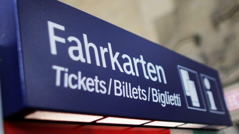 An der Oberseite eines Fahrkartenautomaten der Bahn steht das Wort