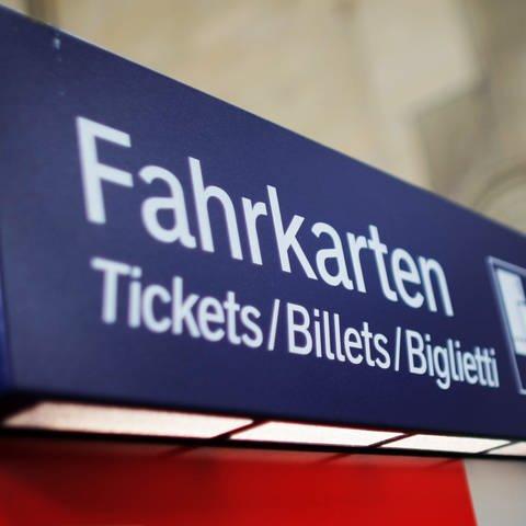 """An der Oberseite eines Fahrkartenautomaten der Bahn steht das Wort """"Fahrkarte"""". (Foto: dpa Bildfunk, Picture Alliance)"""