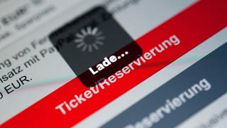 Ein Ladebildschirm ist auf dem Display eines Handy in der Navigator-App der Deutschen Bahn zu sehen.  (Foto: dpa Bildfunk, Sebastian Gollnow)
