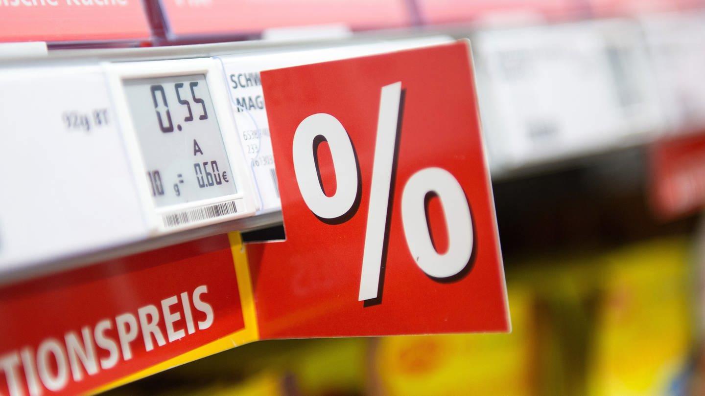 Ein elektronisches Preisschild in einem Supermarkt. (Foto: dpa Bildfunk, picture alliance / Marius Becker/dpa)