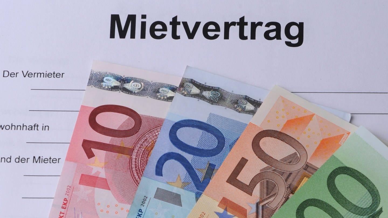 Geldscheine liegen auf einem Mietvertrag. (Foto: dpa Bildfunk, Armin Weigel/dpa +++ dpa-Bildfunk)