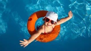 Kind in einem Schwimmreifen mit Hut und Sonnenbrille (Foto: Colourbox, SWR)