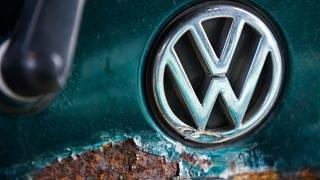 Markenzeichen VW auf Altauto (Foto: dpa Bildfunk, Jens Büttner/dpa-Zentralbild/dpa)