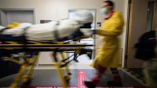 Notaufnahme mit Sanitäter und Patient auf einer Liege (Foto: dpa Bildfunk, Andreas Arnold/dpa)