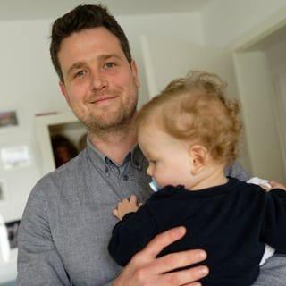 Vater mit seinem Sohn im Kinderzimmer.  (Foto: dpa Bildfunk, picture alliance/Henning Kaiser/dpa)