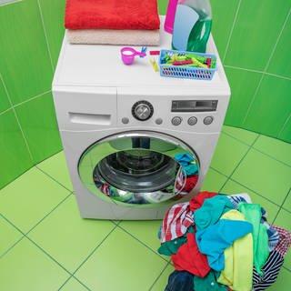 Waschmaschine und Wäsche (Foto: Colourbox)