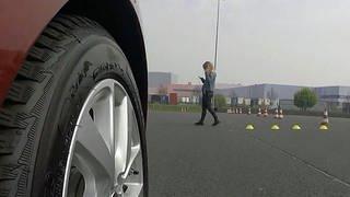 Auto fährt auf Passantin zu, die auf ihr Handy schaut (Foto: SWR)