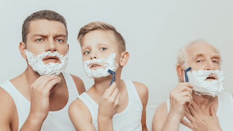 Drei Generationen Männer bei einer Nassrasur (Foto: Colourbox)