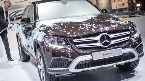 Ein Mann betankt am 09.06.2016 in einer Messehalle auf dem Messegelände in Stuttgart (Baden-Württemberg) einen Mercedes-Benz F-Cell GLC Brennstoffzellenfahrzeug. (Foto: picture-alliance / Reportdienste, picture-alliance / Reportdienste -)