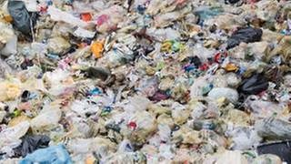 Plastikberge: Teilweise dauert es einige hundert Jahre, bis Plastik vollständig zerfällt. (Foto: dpa Bildfunk, picture alliance/dpa -)