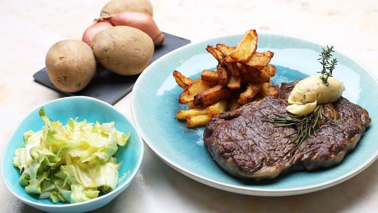 Steak frites mit Kräuterbutter und Salat (Foto: SWR, SWR -)