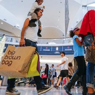 Bargain hunters seek low price deals during 'Black Friday' holiday shopping at the Lenox Square Mall in Atlanta, Georgia, USA, 25 November 2016. (Foto: picture-alliance / dpa, picture-alliance / dpa -)