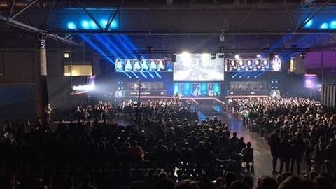 Viele Menschen schauen bei einer E-Sport-Meisterschaft zu. (Foto: SWR, SWR -)