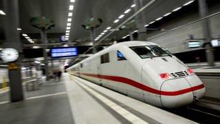 Ein ICE der Deutschen Bahn fährt in einen Bahnhof ein. (Foto: picture-alliance / dpa, Christoph Soeder)
