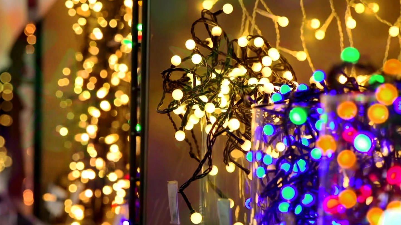 LED-Lichterketten leuchten hell und bunt. (Foto: SWR)