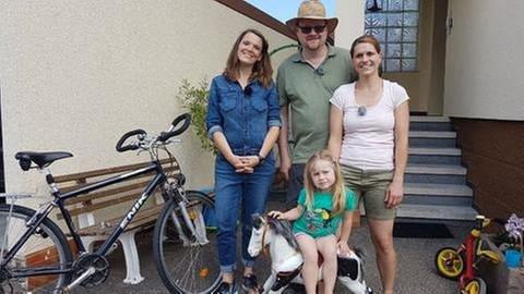 Familie Rothfuß mit Töchterchen steht mit Eva Röder vor ihrem Haus (Foto: SWR, SWR -)