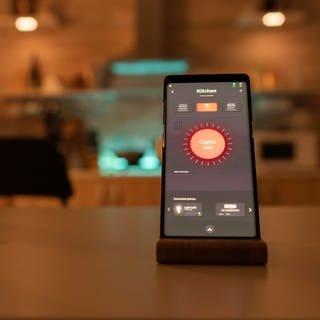 Smartphone mit einer Smarthome-App: Was ist sinnvoll und wie sicher sind Systeme? (Foto: Colourbox)