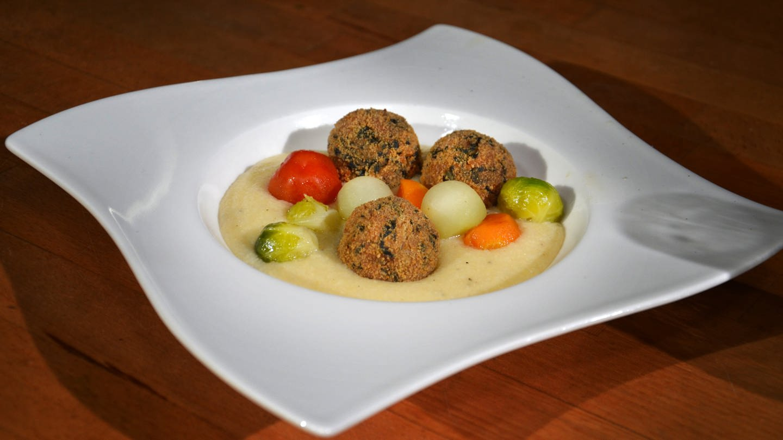 Hühner-Schwarzkohlballen mit Gemüsekugeln und Rahmpolenta (Foto: SWR)