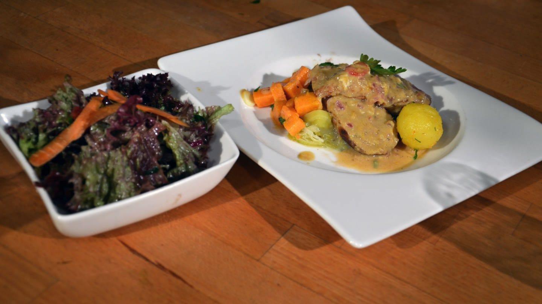 Schweinelende mit Sauce, Lauchgemüse, Kartoffeln und Salat (Foto: SWR)
