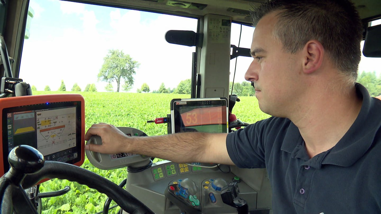 Landwirt in Hightech-Traktor