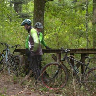 2 Personen mit Mountainbikes (Foto: SWR)