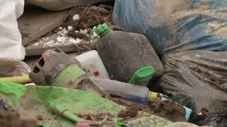 Schadstoffbehälter auf dem Boden (Foto: SWR)