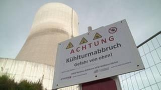 """AKW Mülheim-Kärlich mit Schild """"Achtung Kühlturmabbruch"""" (Foto: SWR, SWR.de -)"""