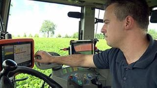 Landwirt in Hightech-Traktor (Foto: SWR, SWR -)