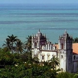 Blick über Palmen und Kirche auf's Meer (Foto: SWR, SWR -)